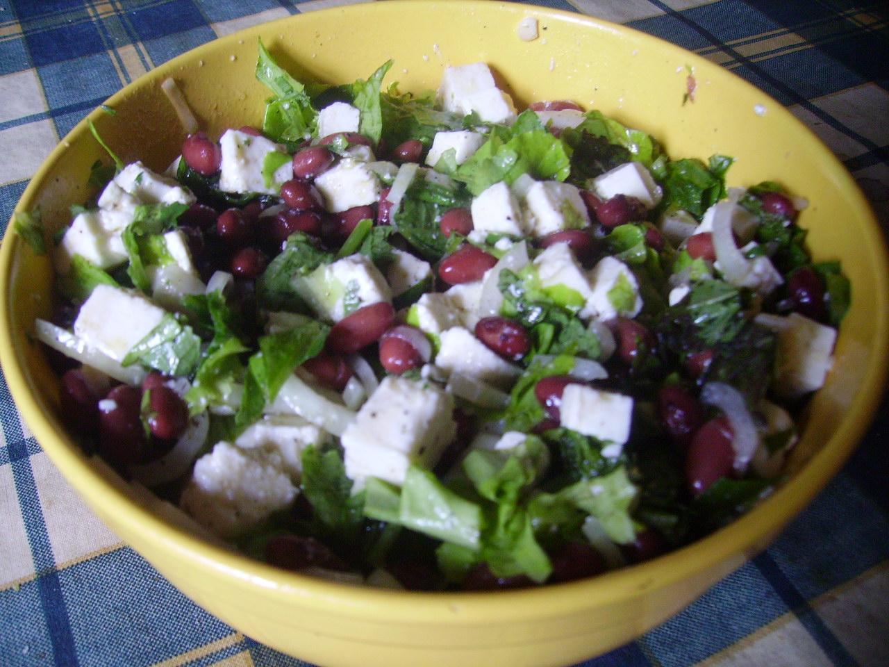 Простой салат из консервированной фасоли
