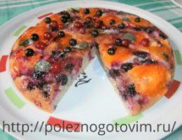 Миниатюра к статье Пирог с абрикосами и смородиной на сковороде