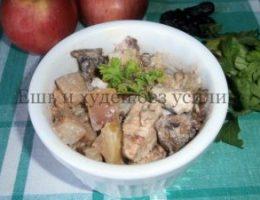 Миниатюра к статье Тушеное куриное филе в сметане с яблоком и черносливом