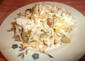 салат с вареной курицей