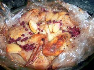 Миниатюра к статье Запеченная курица с яблоками и красной смородиной