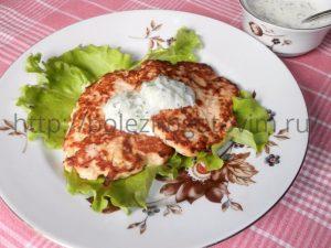 Миниатюра к статье Оладьи из куриной грудки с кабачком и огуречным соусом