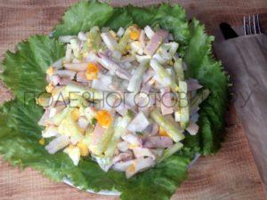 салат из кальмаров с огурцами и яйцом